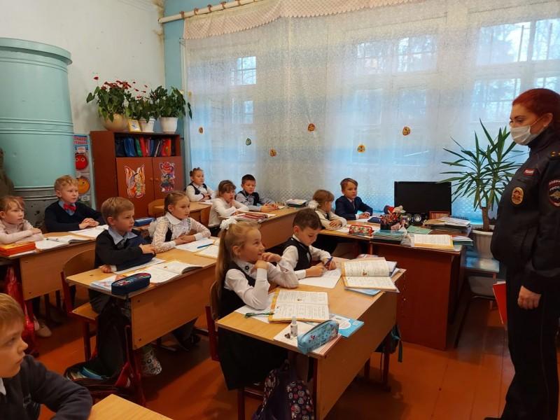 Сотрудники Госавтоинспекции по Бологовскому району провели в школах уроки безопасности дорожного движения для детей