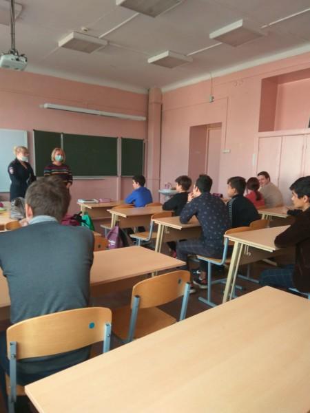 В Твери полицейские и общественники провели для школьников профилактическую беседу