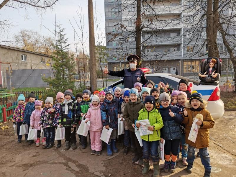 В Твери инспекторы ГИБДД рассказали малышам детского сада о Правилах дорожного движения