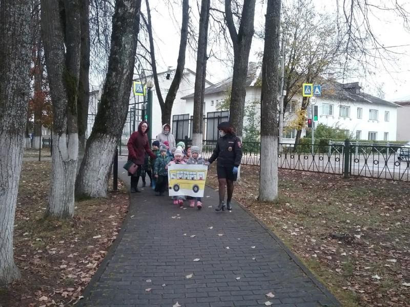 В Тверской области инспекторы ГИБДД провели акцию «Шагающий автобус»