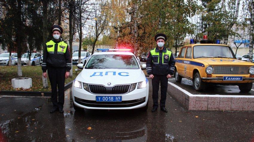 В Тверской области автоинспекторы помогли водителю, в машине которого закончилось топливо