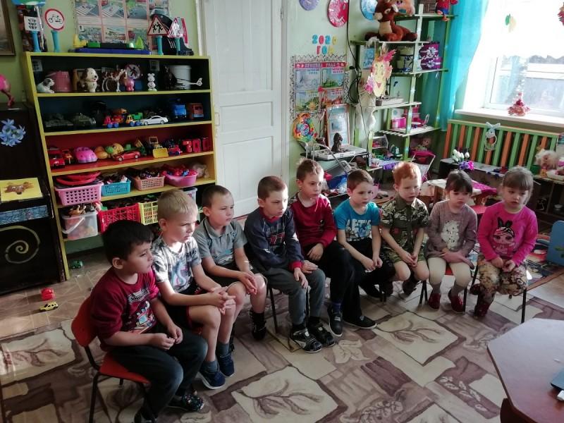 Полицейские Бологовского района познакомили воспитанников детского сада с Правилами дорожного движения