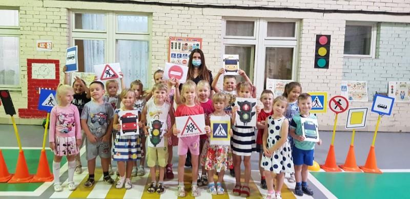 В Тверской области сотрудники Госавтоинспекции провели занятие для дошкольников с использованием мобильного автогородка