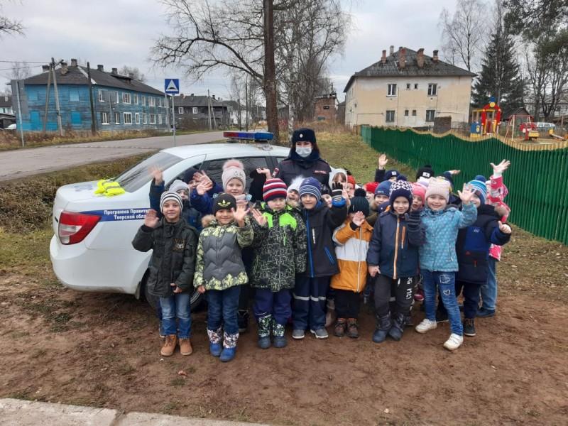 Западнодвинские автоинспекторы провели для дошкольников мероприятие «В стране правил дорожного движения»