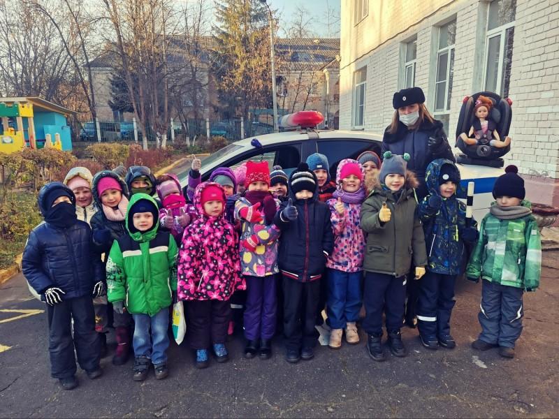 В Твери инспекторы ГИБДД провели практическое занятие с дошкольниками