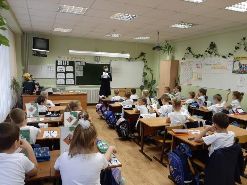 Сотрудники Госавтоинспекции города Твери продолжают проводить занятия по Правилам дорожного движения в школах