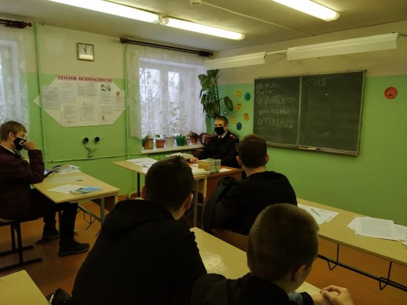 В Тверской области инспекторы ПДН и представители общественности провели профилактическую беседу с подростками