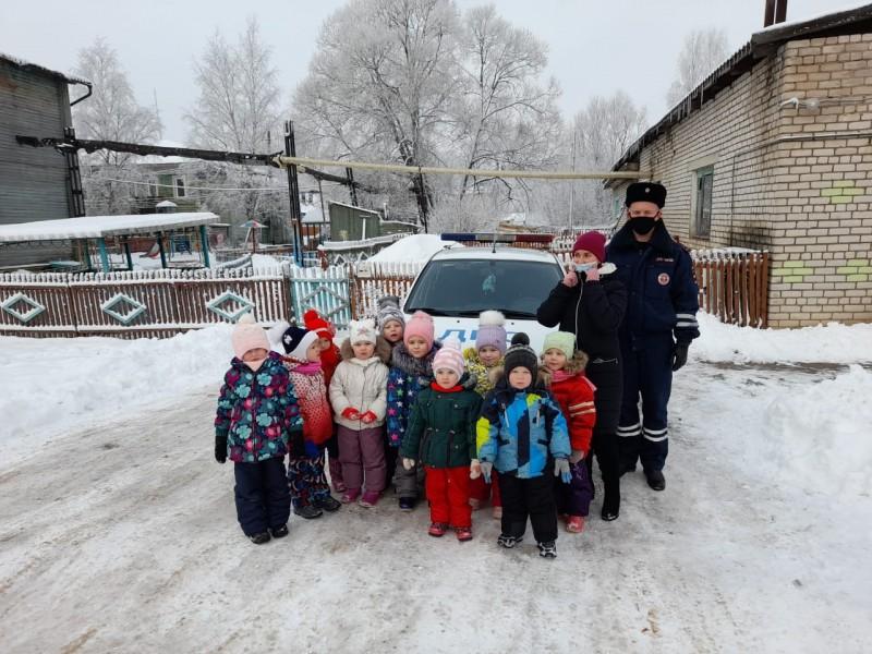 Для малышей из детского сада «Теремок» утро началось не совсем обычно: во время прогулки на территорию детского сада въехал автомобиль ДПС