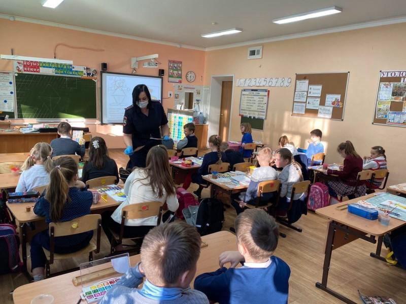 Сотрудники Госавтоинспекции Калининского района провели занятия со школьниками в преддверии зимних каникул