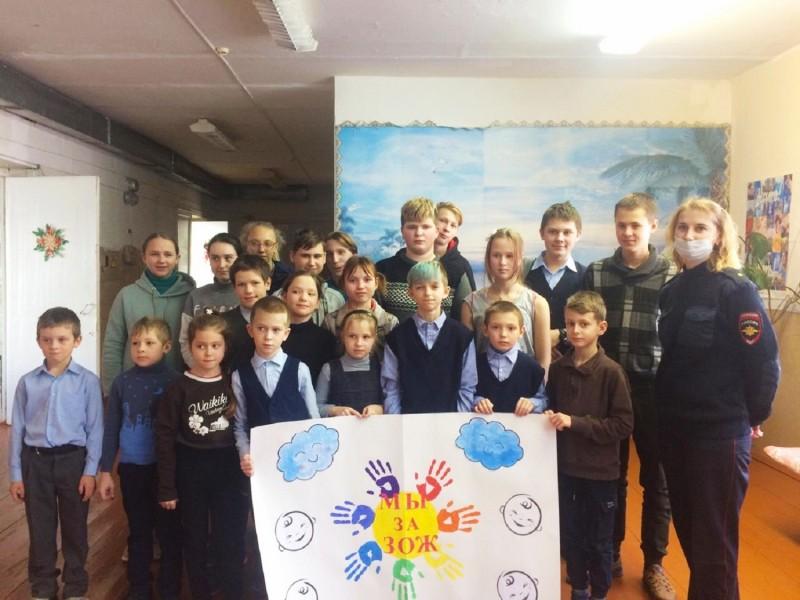 В Тверской области полицейские вместе с общественниками рассказали ученикам о правилах личной безопасности