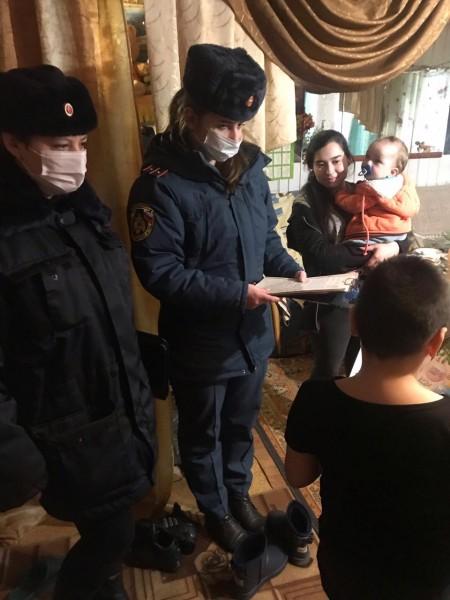 Полицейский Дед Мороз навестил маленьких жителей Торжка Тверской области