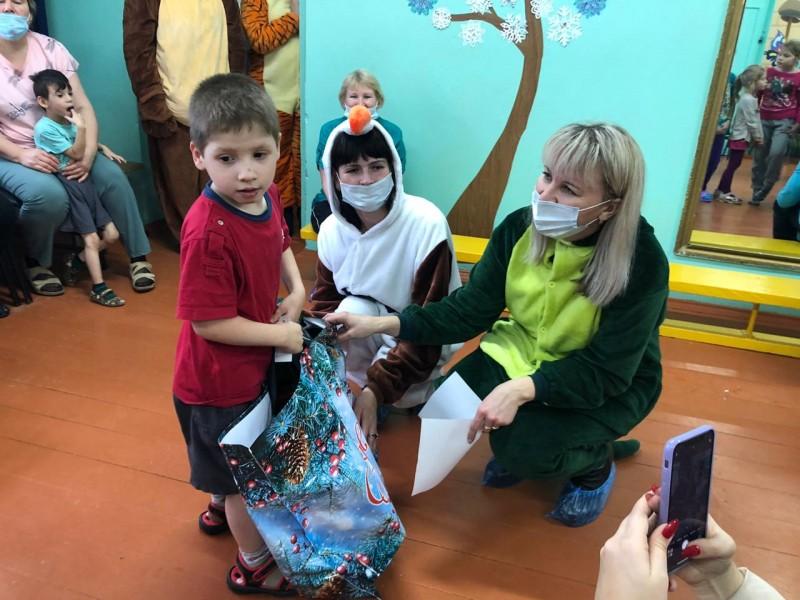 В Калининском районе «Полицейский Дед Мороз» исполнил новогодние желания детей