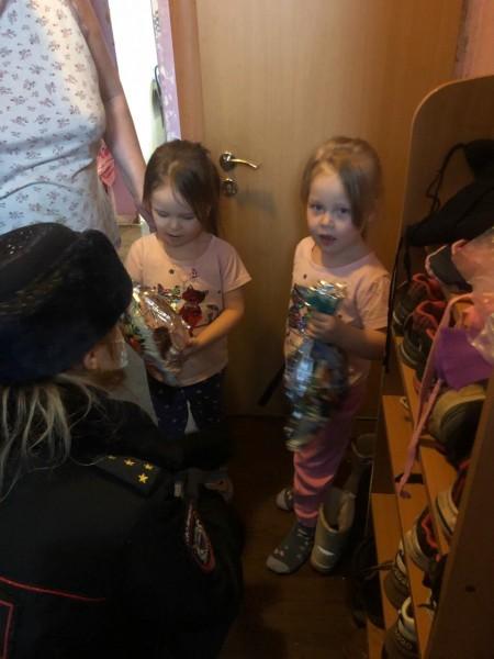 В Тверской области полицейские и общественники навестили детей из многодетных и малообеспеченных семей
