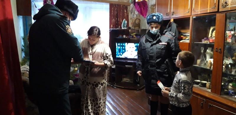 В Калининском районе «Полицейский Дед Мороз» поздравил детей, находящихся в трудной жизненной ситуации