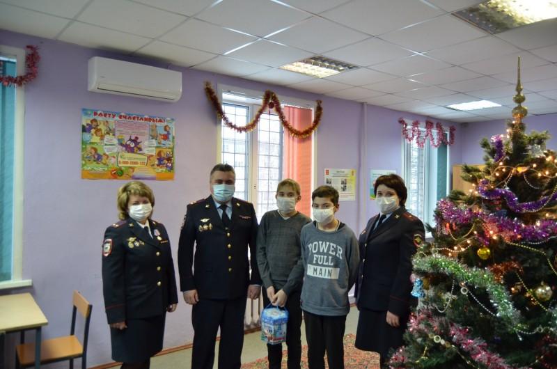 Полицейские УМВД России по Тверской области присоединились к Всероссийской акции «Полицейский Дед Мороз»