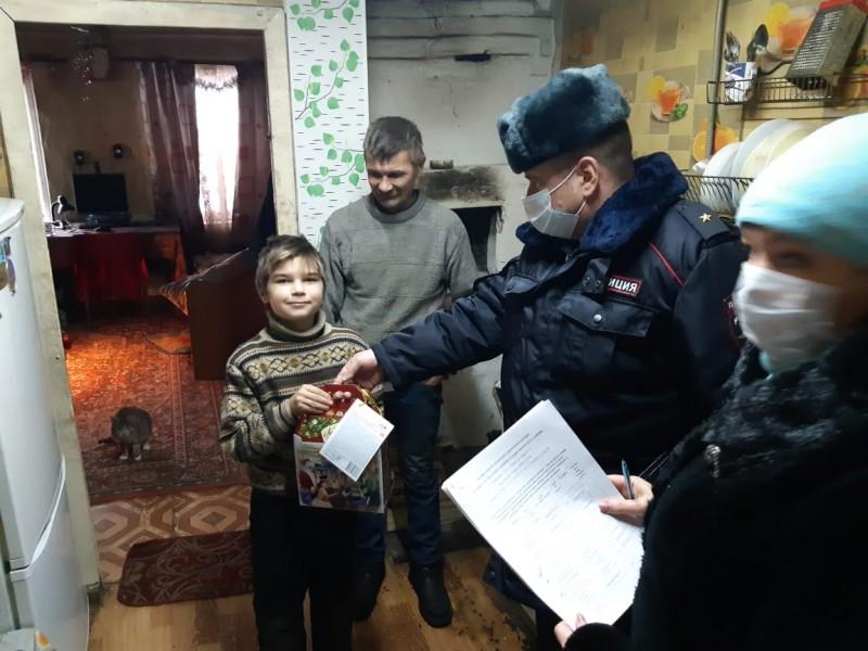 Кимрские полицейские и общественники поздравили детей с Новым годом