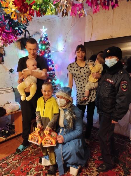 В Твери полицейский Дед Мороз продолжает дарить праздник детям