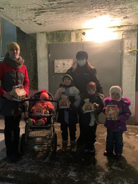 В Твери Полицейский Дед Мороз поздравил детей и их родителей с Новым годом