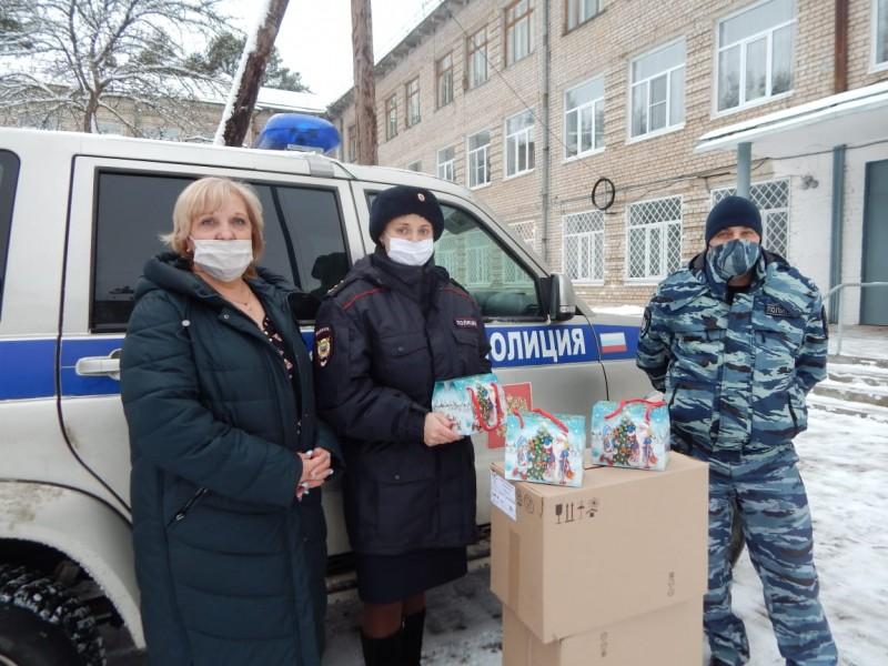 В Тверской области «Полицейский Дед Мороз» продолжает дарить подарки детям