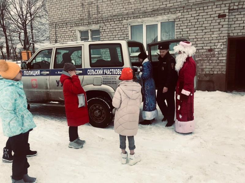 В Бологое Полицейский Дед Мороз поздравил детей с Новым годом