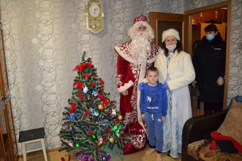 В Конаковском районе инспекторы ПДН и представители общественности поздравили детей с Новым годом