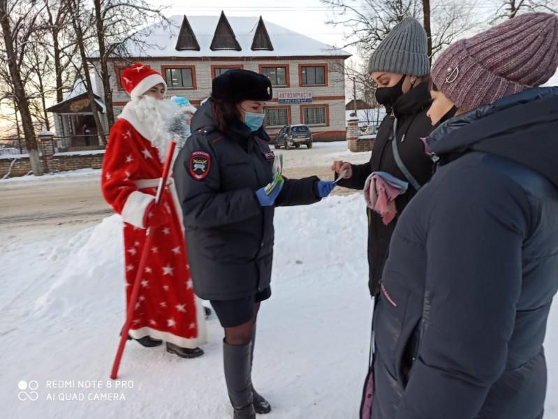 Полицейский Дед Мороз поздравил жителей Западной Двины с Новым годом