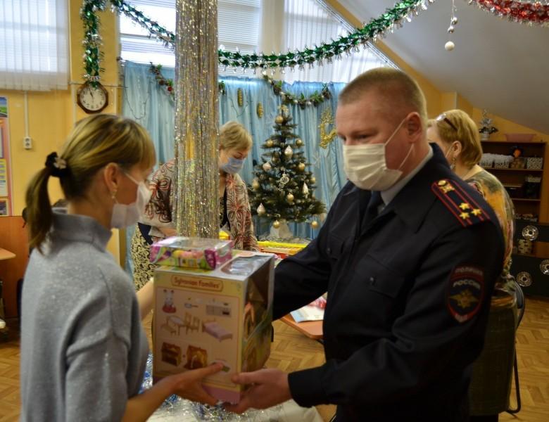«Полицейский Дед Мороз» посетил тверской реабилитационный центр для детей и подростков с ограниченными возможностями