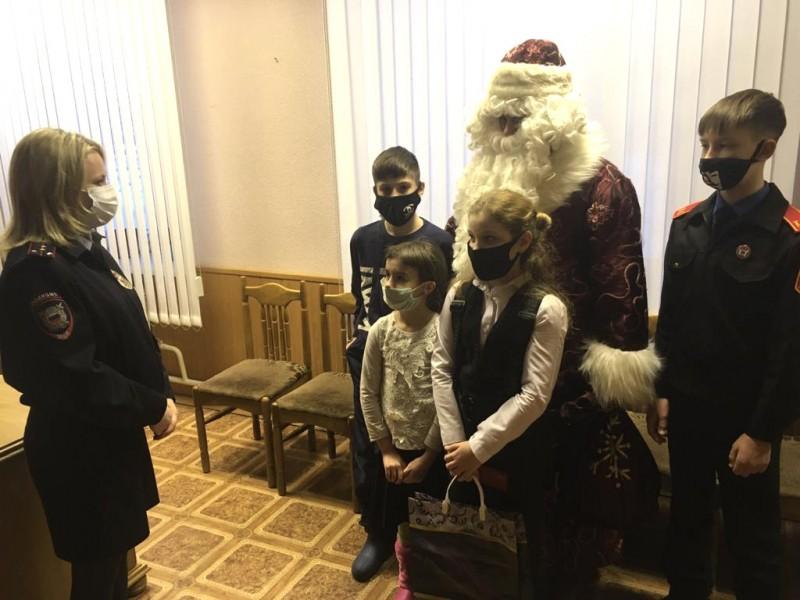 «Полицейский Дед Мороз» пригласил в гости ребят в Тверской области