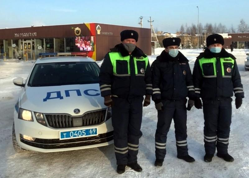 В Тверской области сотрудники ДПС помогли предотвратить пожар на автозаправочной станции