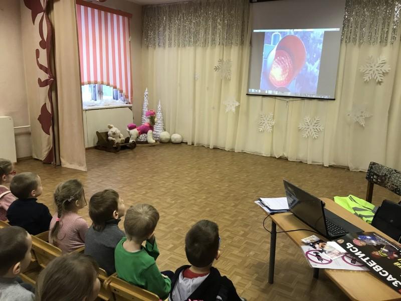 Сотрудники Госавтоинспекции Лихославльского района провели урок по безопасности дорожного движения в детском саду