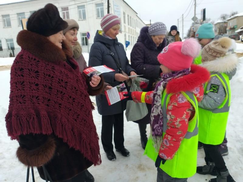 Автоинспекторы Краснохолмского района совместно с отрядом ЮИД провели акцию «Засветись! Стань заметней на дороге!»