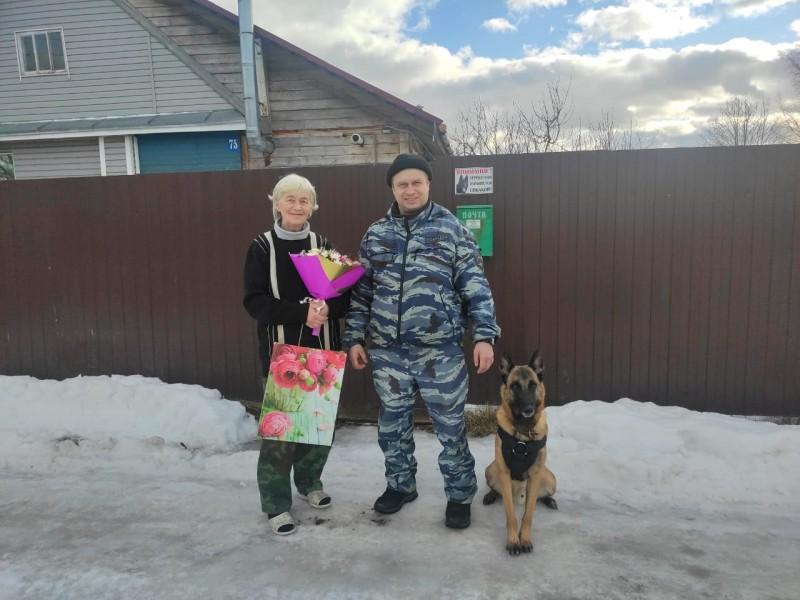 Тверские полицейские и представители общественности поздравили с 8 Марта маму сотрудника, находящегося в служебной командировке