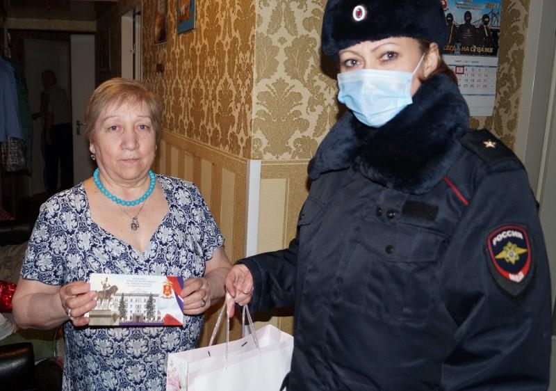 Полицейские Тверской области поздравили вдов и матерей погибших коллег с Международным женским днём