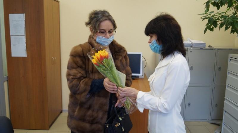 Сегодня сотрудники Управления по вопросам миграции УМВД России по Тверской области поздравили с наступающим праздником женщин