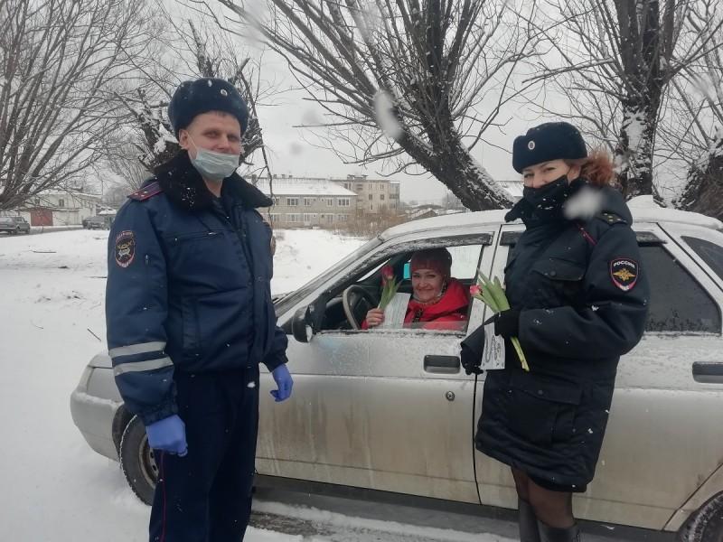 В Тверской области сотрудники Госавтоинспекции присоединились к Всероссийской акции «Цветы для автоледи»
