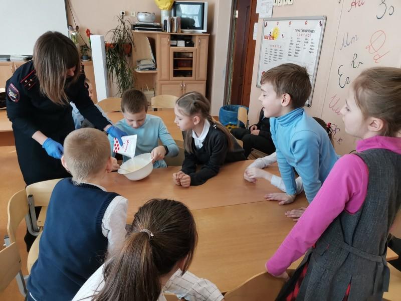 Инспекторы Госавтоинспекции провели «Масленицу в стране ПДД» для учеников средней школы города Твери