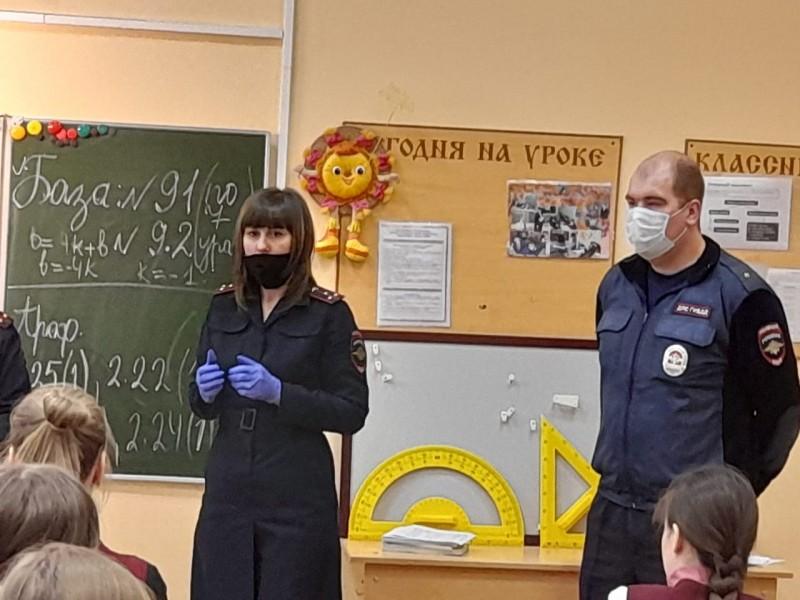 В Тверской области полицейские и общественники провели встречи со старшеклассниками
