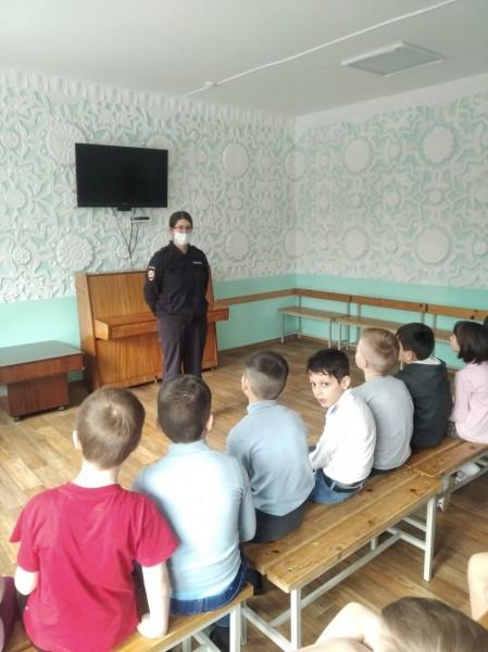 Тверские полицейские совместно с общественниками в санатории провели профилактические беседы со школьниками