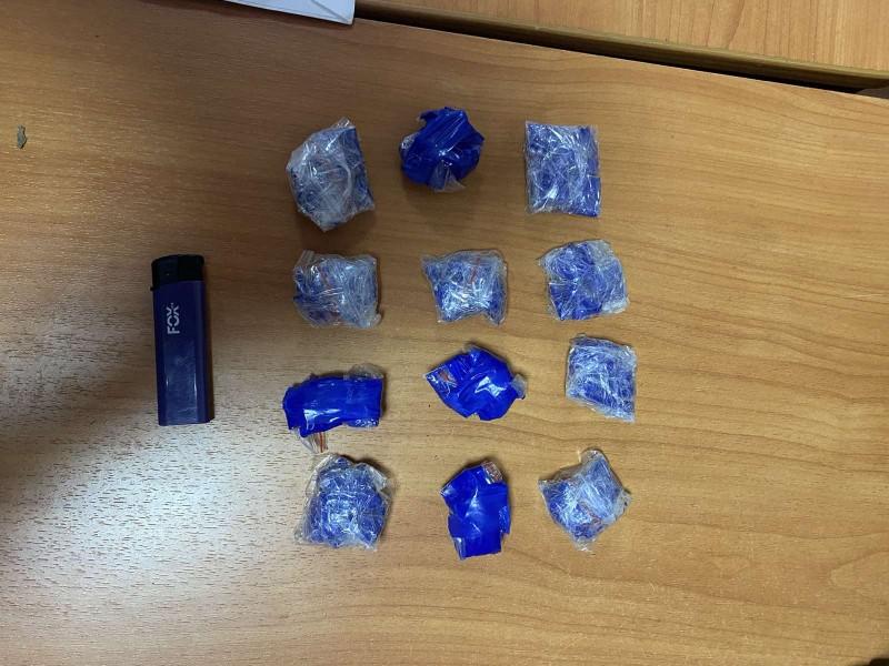 В Твери полицейские задержали подозреваемую в сбыте наркотиков