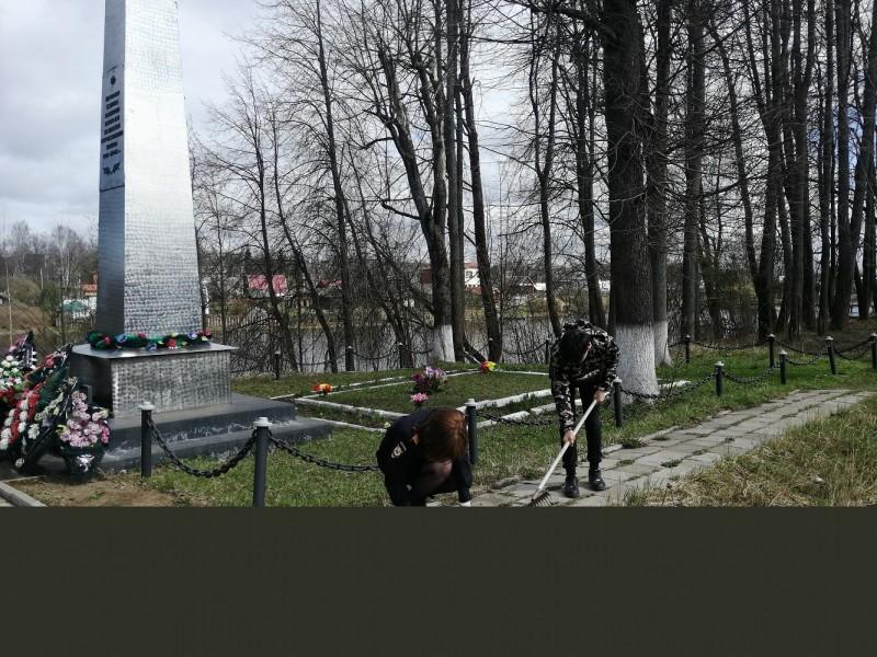 Полицейские Нелидовского района совместно со школьниками приняли участие в благоустройстве братской могилы воинов, павших в боях с фашистами в 1941-1942 годах