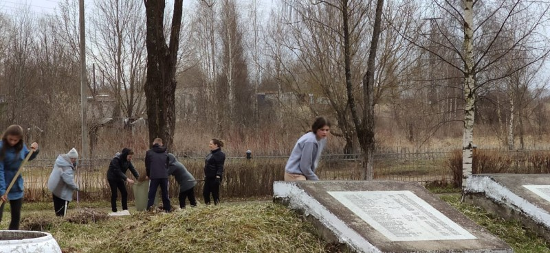 В Вышнем Волочке полицейские совместно со школьниками организовали уборку Мемориального братского кладбища