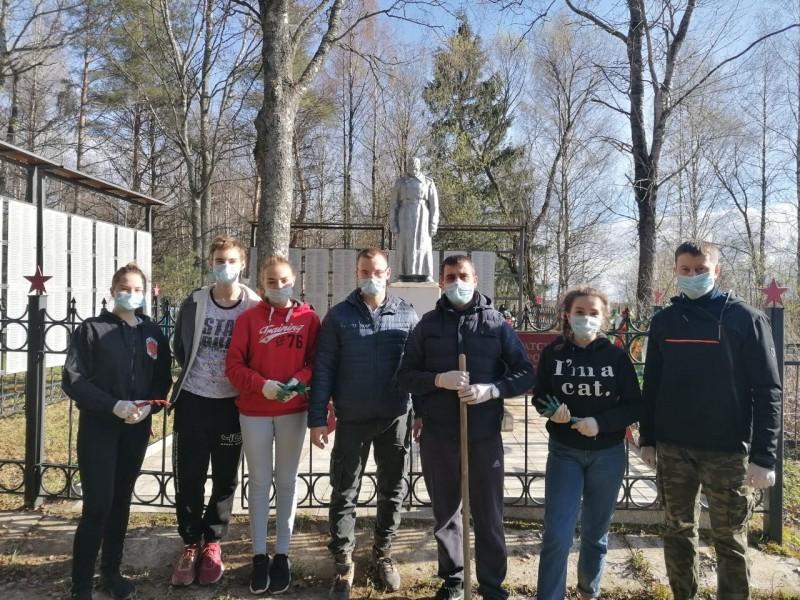 Ржевские полицейские навели чистоту на территории братского захоронения воинов Красной Армии