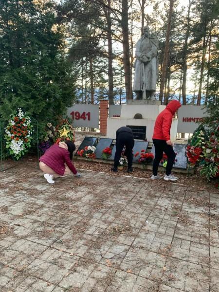 В Осташкове сотрудники полиции провели уборку территорий у памятников, посвящённых Великой Отечественной войне