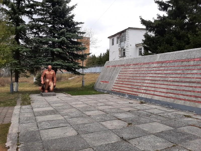 Полицейские Кимрского района провели уборку территории памятника, посвящённого Великой Отечественной войне