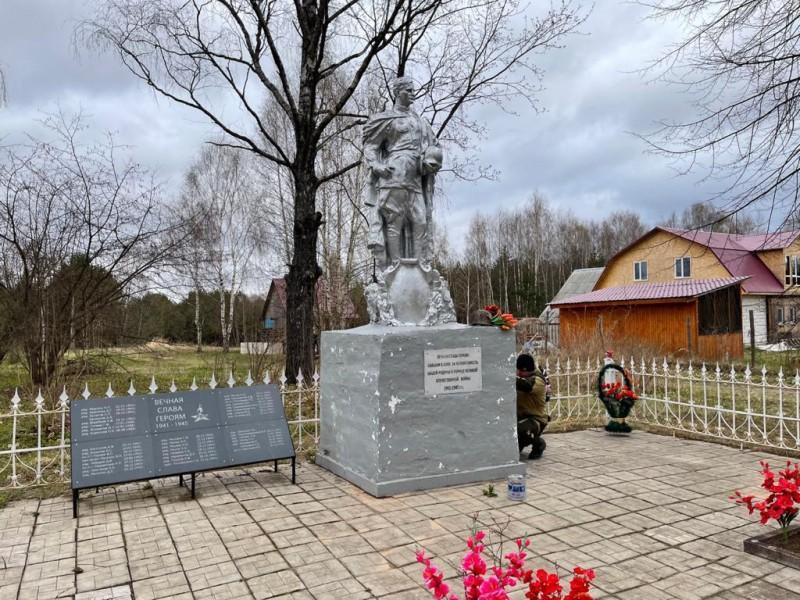 Полицейские Старицкого района благоустроили территорию братской могилы бойцов советской армии, погибших в годы Великой Отечественной войны