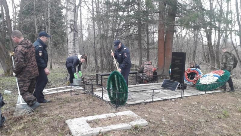 Краснохолмские полицейские благоустроили воинское захоронение