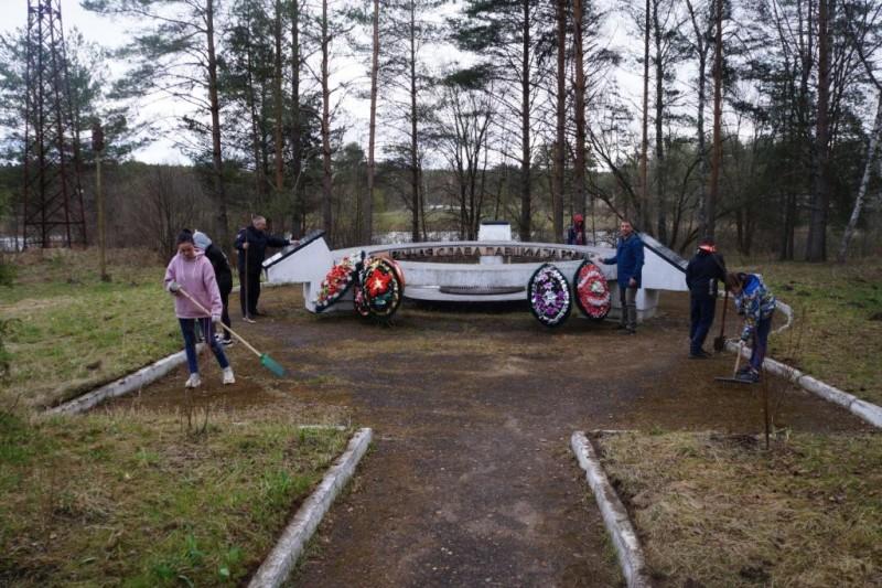 Кашинские стражи правопорядка организовали субботник у обелиска, посвящённого памяти погибших во время Великой Отечественной войны
