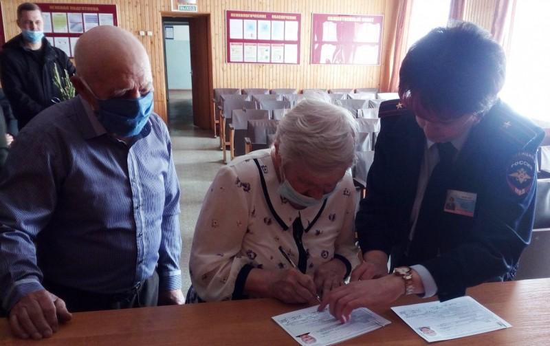 В Тверской области полицейские вручили пожилой супружеской чете паспорта граждан Российской Федерации