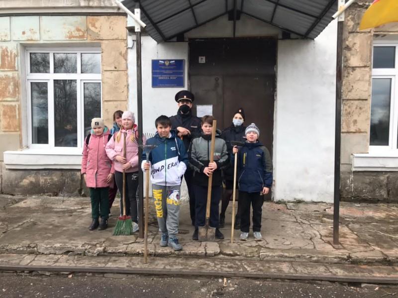 Бологовские полицейские совместно с волонтёрами привели в порядок территории памятников, посвящённых Великой Отечественной войне