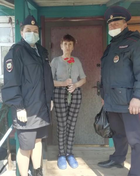 Полицейские Конаковского района поздравили местных жителей, прошедших через Великую Отечественную войну, с Днём Победы